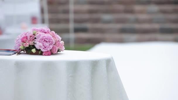 Decorazioni di nozze bouquet rosa si trova sul tavolo