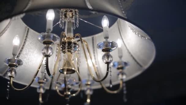 Vintage lustr na černý strop ve starém zámku