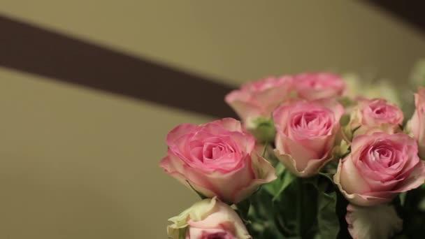 Gyönyörű csokor rózsa és alstromeries