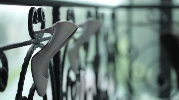 Bílé boty zavěsit na zábradlí makro snímek shot glidetrack