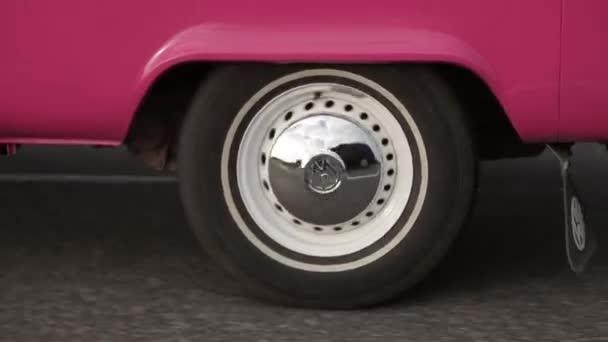Bílé kolo roze van na silnici