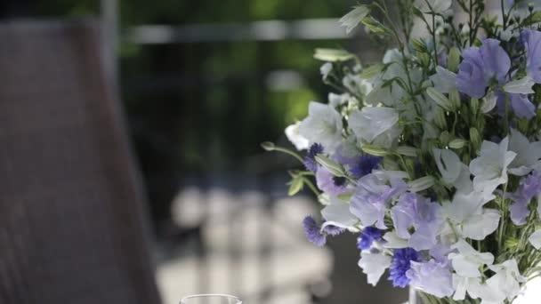 ein Strauß Sommerblumen im Sonnenlicht