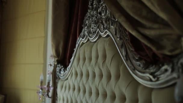 Vintage postele v krásné místnosti s slunečního záření v rozostření
