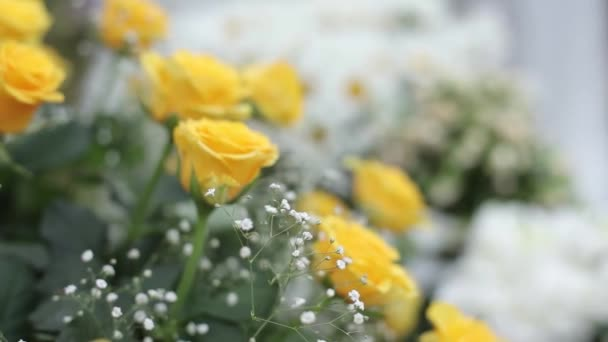 Csokor Sárga Rózsa egy nyári napon a szertartás előtt