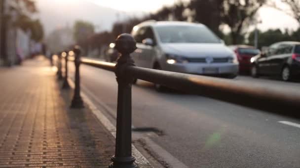 Auta jezdí po ulici při západu slunce v Itálii