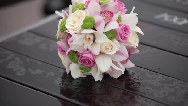 Weddingg květiny na dřevěný most, poblíž řeka v přírodě