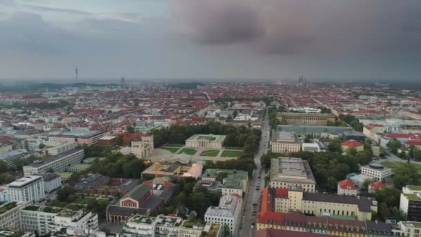 Mnichov v večerní let na město s výhledem na střechy domů a město
