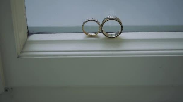 Ezüst jegygyűrű az ablakon a napfényeket fényjelzőket makró Vértes lő Diamon ékszer