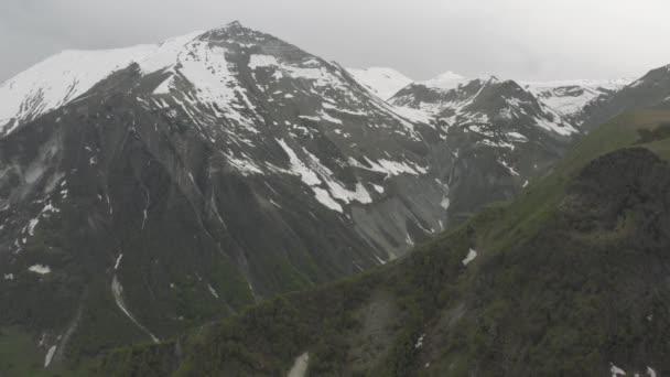 Sníh v horách v Gruzii Kazbegi sever Kavkaz dron let