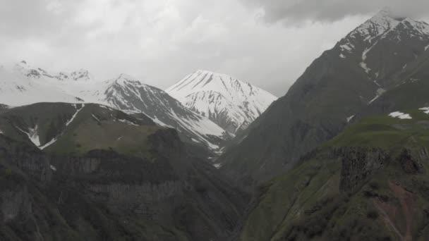 Sníh v horách v Gruzii Kazbegi a kostel Nejsvětější Trojice Severní Kavkaz let dronem