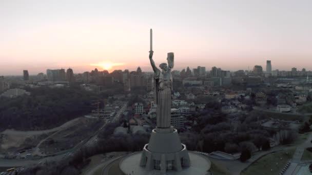 Motherland Monument na Muzeum druhé světové války v Kyjevě 4k drone pohled
