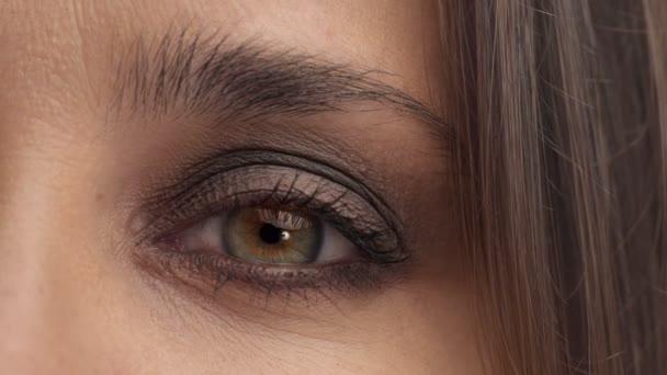 Argentinský žena s světle modré zelené oči ve studiu