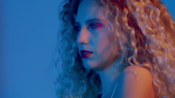 žena s velkými kudrnaté hari v barevné světlo detailní portréty