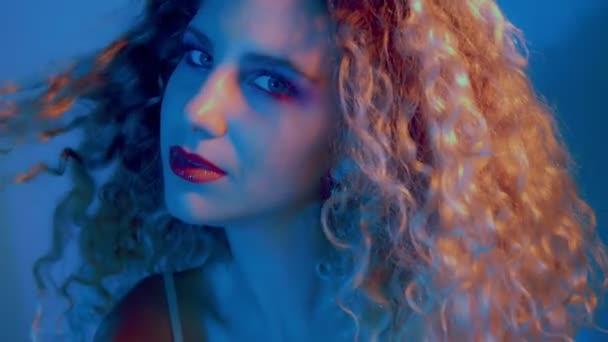 Detailní portrét blondýnka s velkými kudrnaté vlasy barvy světla
