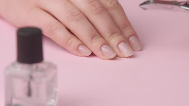 růžová žena ruka na růžovém dělá pro sebe manikúru