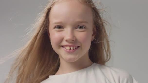 mladá dívka ve studiu s dlouhými vawy vlasy na portrétu