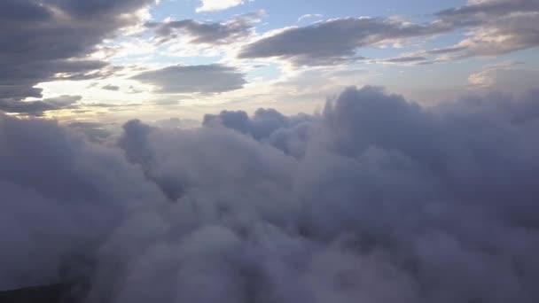 Drone létá nad mraky v ukrajinských Karpatských horách během západu slunce. Drone letí nad mraky v horách