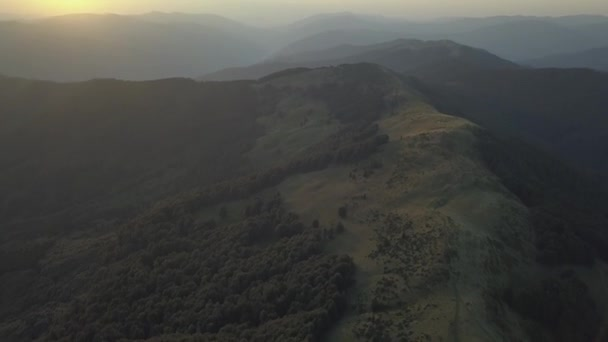 Letecký pohled na znázorňující slunce přes horský hřeben v Karpatských horách