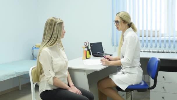 Eine Gynäkologin berät eine Schwangere. Perinatalzentrum. das Glück der Mutterschaft. junge Mutter sorgt sich um die Gesundheit des ungeborenen Kindes.