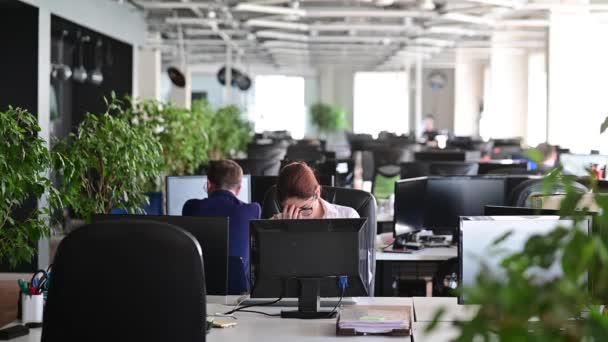 Eine Frau rastet aus, wird durch einen Fehler depressiv und bricht die Tastatur auf dem Monitor. Managerin wird wütend und bringt Computer zum Absturz. Bürokauffrau ist am Arbeitsplatz gestresst. Instabile Psyche.