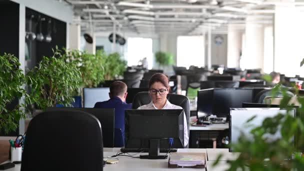 Egy nő kiborul, depressziós lesz egy hibától, és eltöri a billentyűzetet a monitoron. Női menedzser dühös lesz, és összetöri a számítógépet. Az irodai alkalmazott stresszes a munkahelyén. Instabil psziché.