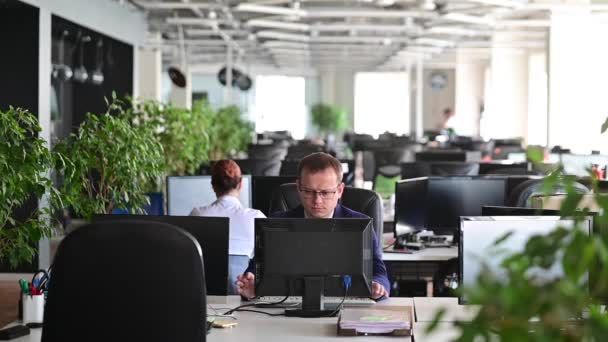 Zpomal. Úředník mužské kanceláře selže v práci a zuřivě rozbije klávesnici na monitoru. Podnikatel udělá chybu a ve vzteku rozbije počítač. Nervové poruchy.