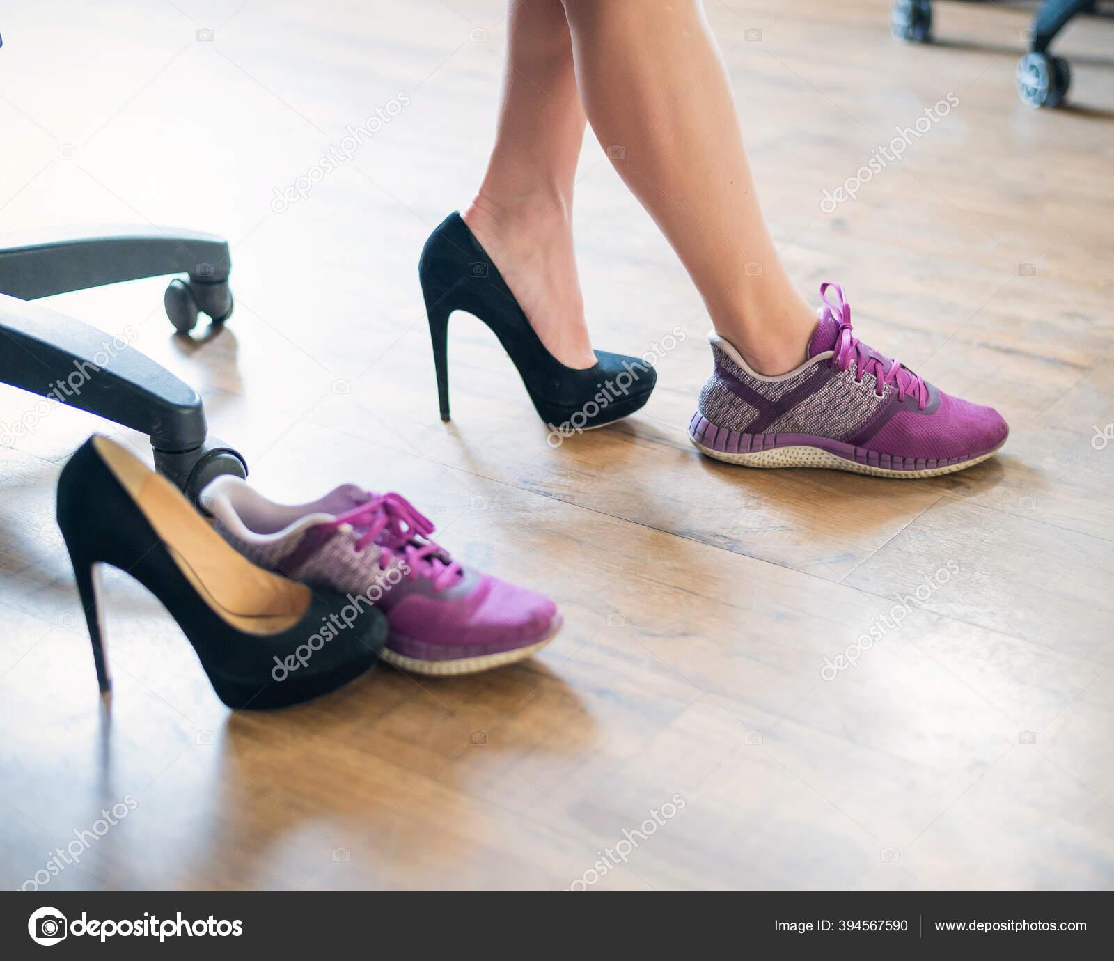 Девушка снимает туфли на работе работа девушкам в новосибирске эскорт