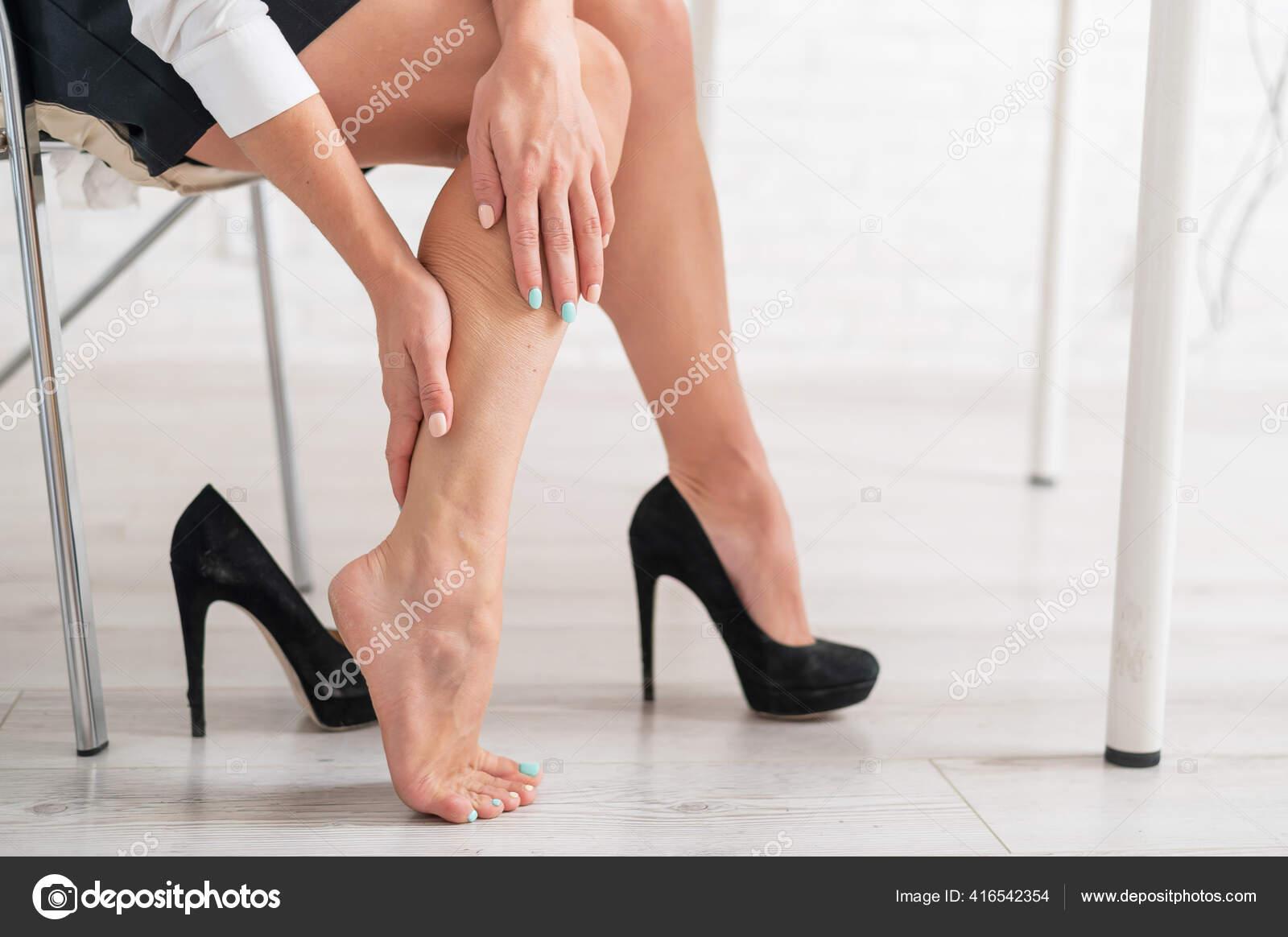 Девушка снимает туфли на работе работа девушки на выставках москва