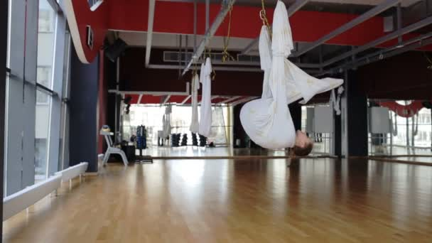 Fitness térben nő tölt egy függőágy képzés fly jóga