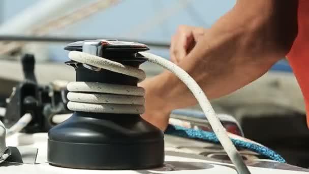 Ruce muže jachtař tahání lana na součástí