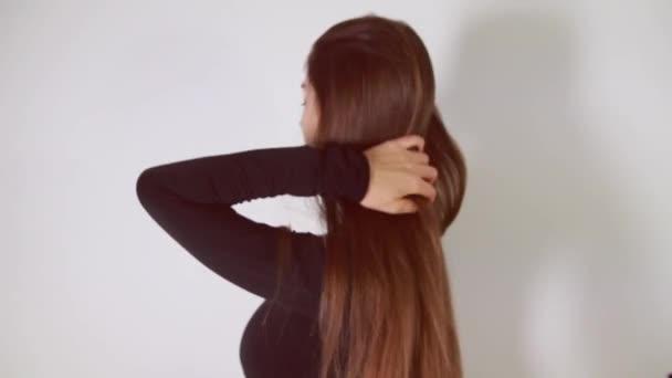 Mladá krásná dívka s dlouhými krásnými hnědými vlasy