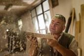 Fotografie Tischler bei der Arbeit in seiner Werkstatt