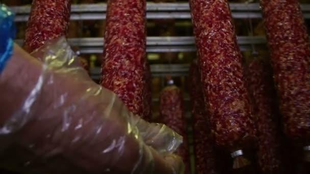 Apetizace uzenin (Salami) v továrně na zpracování masa
