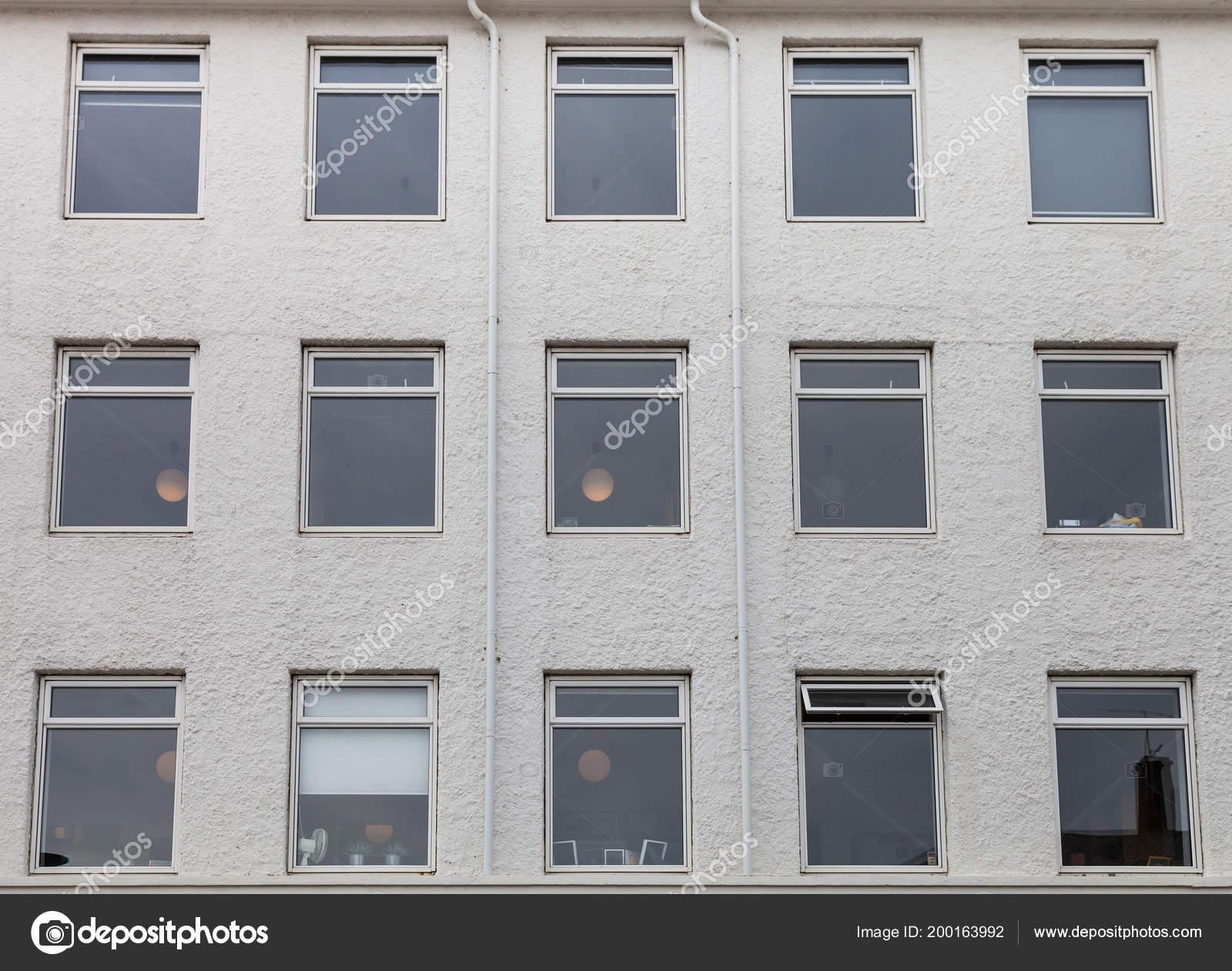 Plusieurs Fenêtres Sur Mur Plâtré Maison Moderne U2014 Photo