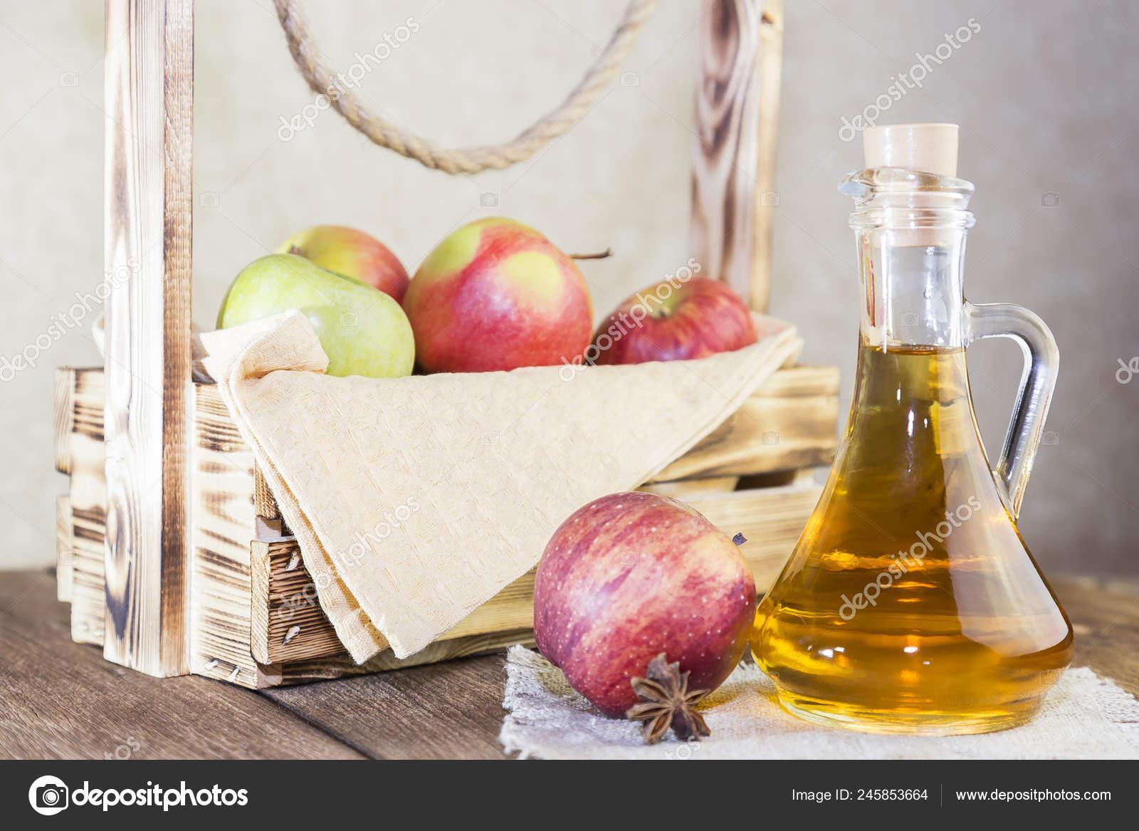 Зеленые яблоки и желтая лента сантиметра на белом деревянном.