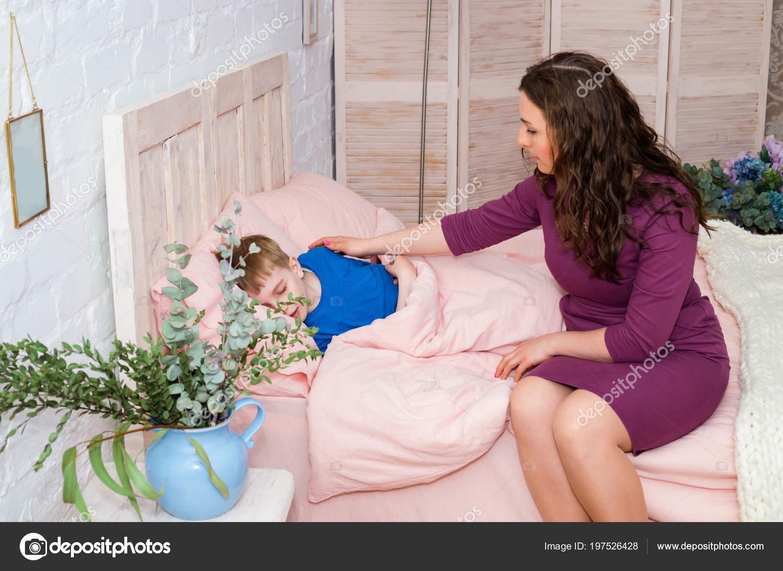 Сын трахнул спящую мать в рот, Похотливый сын поимел спящую маму в рот и пизду 18 фотография