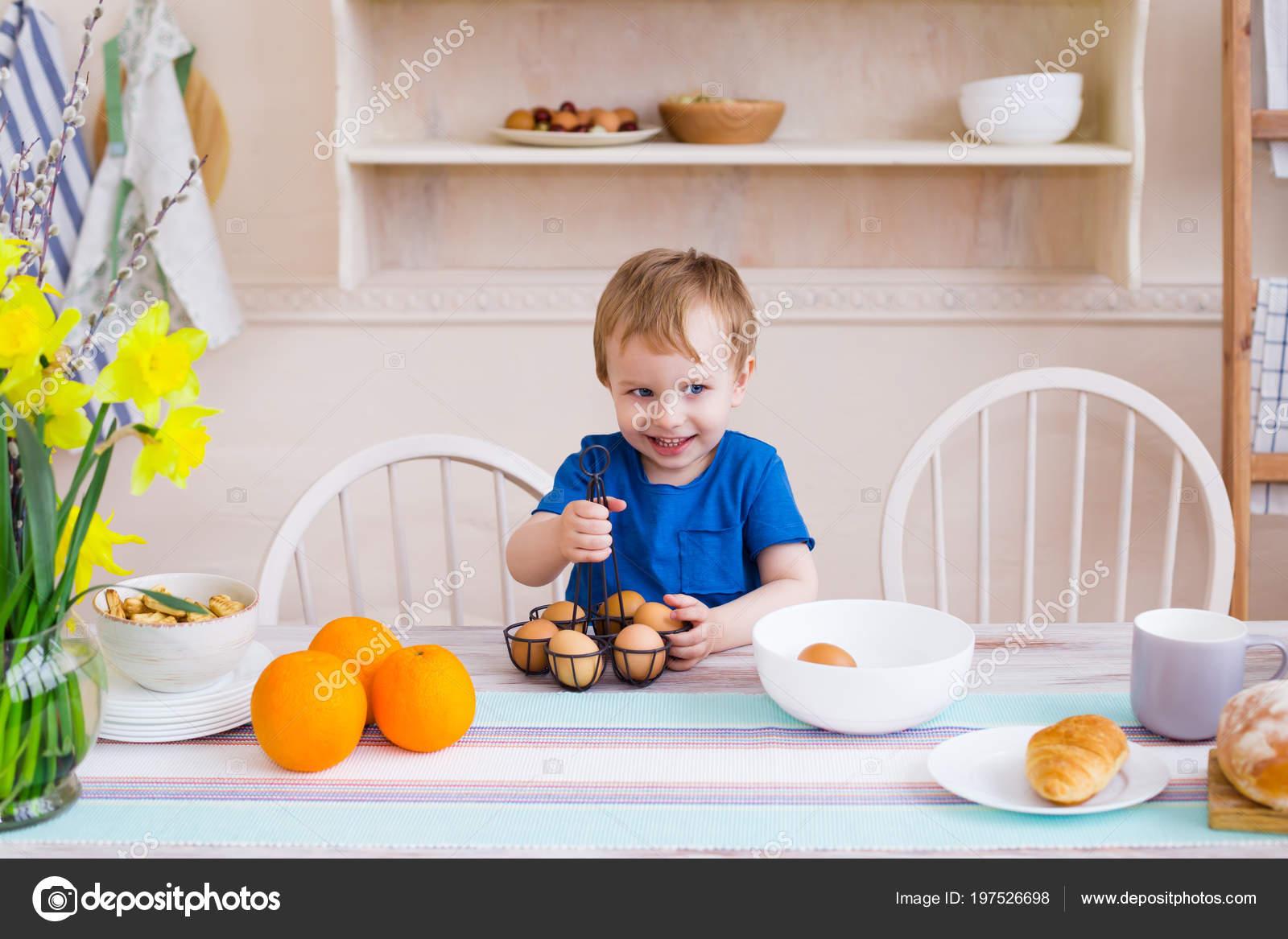 Mały Chłopiec Kuchni Dziecko Bawi Się Jaja Kuchni Nowoczesna