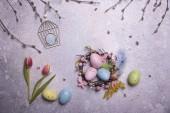 Velikonoční vajíčka a šedém pozadí dovolená výzdoba