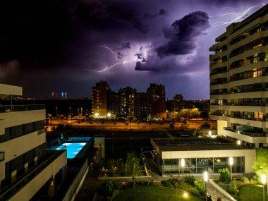 Madrid, İspanya 'daki Valdebebas' taki evimden yıldırım fırtınası gecesi