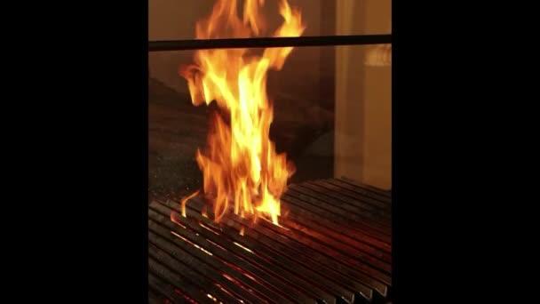 Velmi vysoké plameny v kuchyni restaurace připravující grilované maso