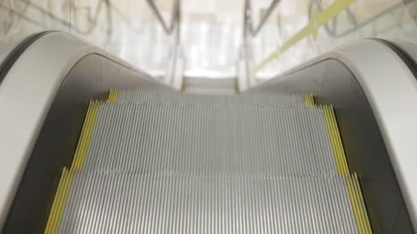přesouvání eskalátoru nahoru, mechanik, elektrický, schodiště a eskalátory na veřejném prostranství