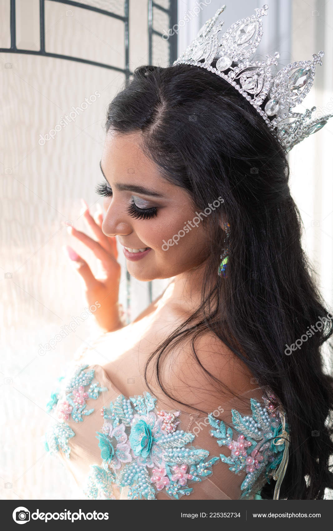 Young Teen Hispanic Girl Wearing Quinceanera Dress — Stock Photo