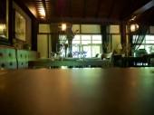 Egy fából készült asztal és az étkező meg a másik tábla