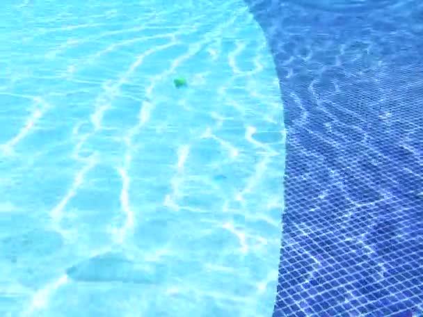 Průhledná plastová láhev pomalu ponoření do bazénu