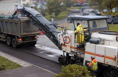 Soğuk değirmen makinesiyle asfalt kaldırımı kaldırıyorum.