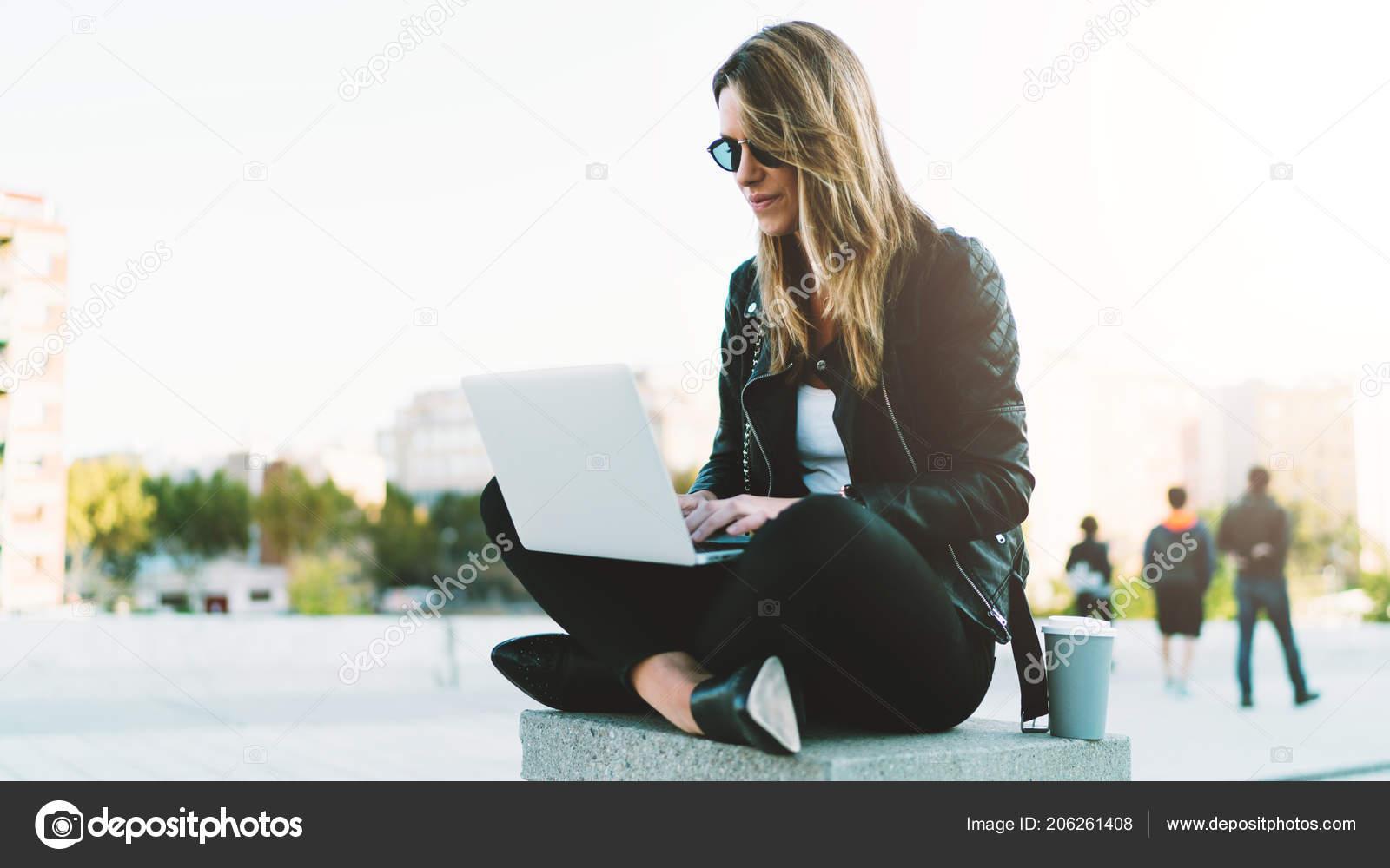 6ce8f82c89e0 Mladí Módní Blogger Nosí Stylové Oblečení Psaní Nového Příspěvku ...