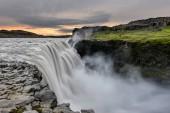 Dettifoss vodopád v národním parku Vatnajokull na Islandu a je nejmocnější vodopád v Evropě. Úžasná krajina při západu slunce.