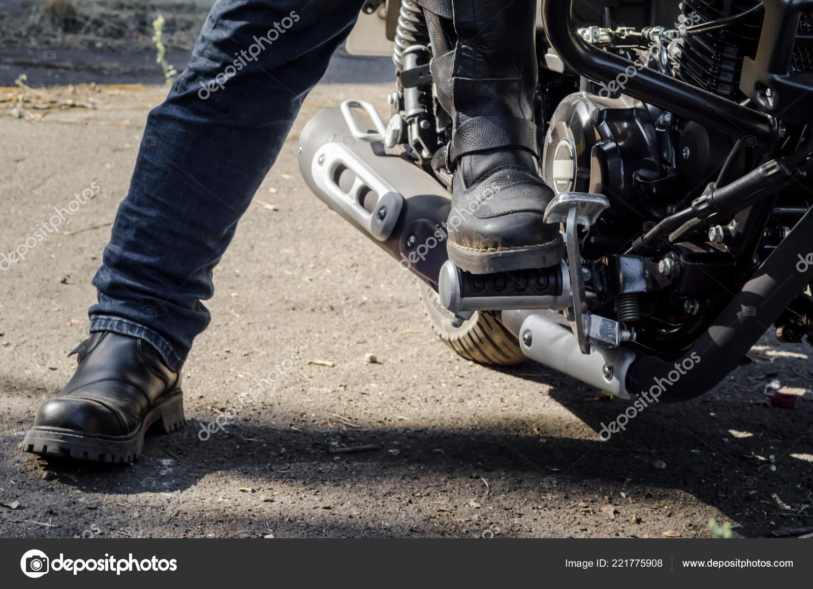 prezzo minimo seleziona per ultimo outlet in vendita Motociclisti Stivali Moto Che Siede Una Moto Del Piede ...