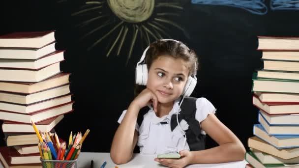 Concept d école séduisante fille assise à un bureau avec des tas