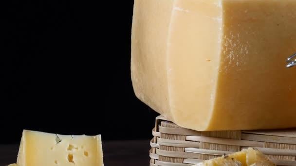 Restaurant miska servírovací. Detailní záběr záběr sýra na dřevěné pozadí.